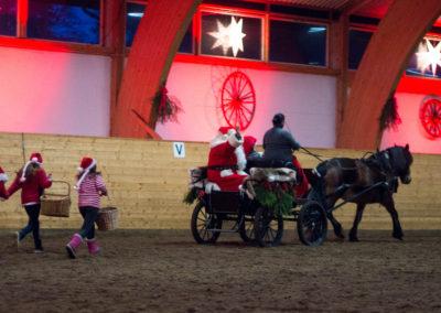 Julenissen og nissebarna kommer