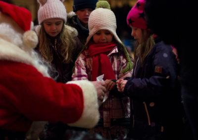 Julenissen har godteposer til barna